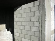 קיר המבואה, בצדו השני ימצא המקרר