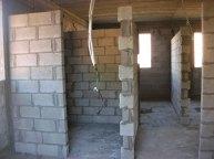 מבט מחדר ההורים לעבר: חדר רחצה משמאל, וחדרי הילדים מימין