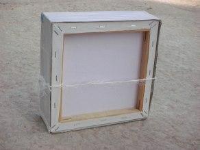 הקופסא בנויה על גבי קנווס מרובע.